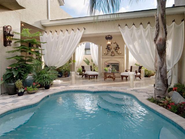 Классические, белые шторы для бассейна