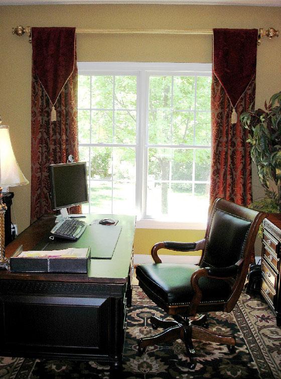 Темные шторы для кабинета, выполненные из разных текстурных тканей