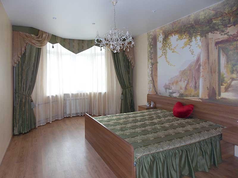 Шторы для спальни ШСП0021 белые с узором, фигурный ламбрекен, покрывало зеленое стеганое