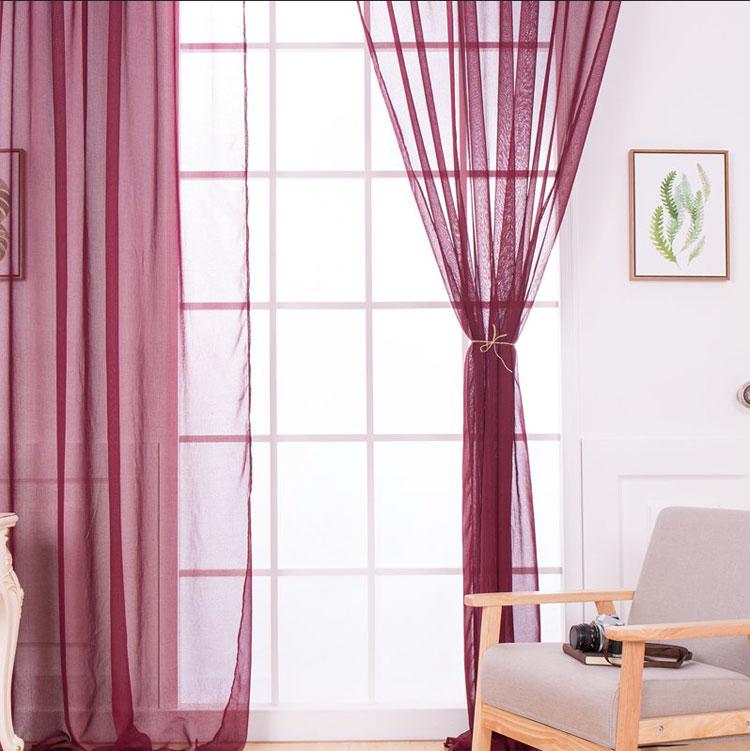 Легкие бордовые шторы в светлом интерьере