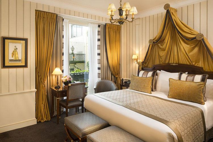 Золотистый текстиль в спальне