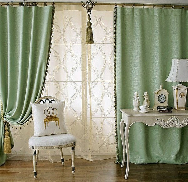 Светло-зеленые портьеры в классическом стиле