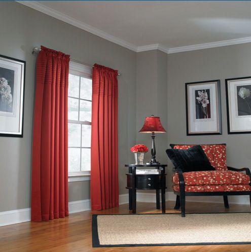Красные шторы в сером интерьере