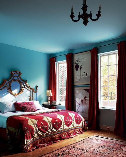 Красные текстильные изделия в синем интерьере