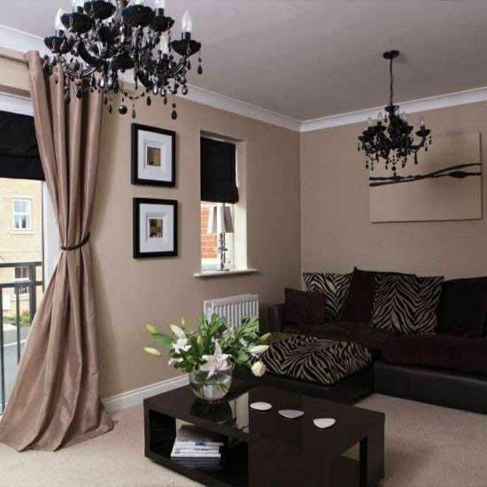 Бежевые шторы и темно-коричневая мебель