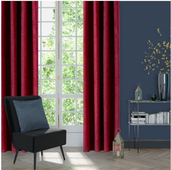 Бордовые шторы в сине-сером интерьере