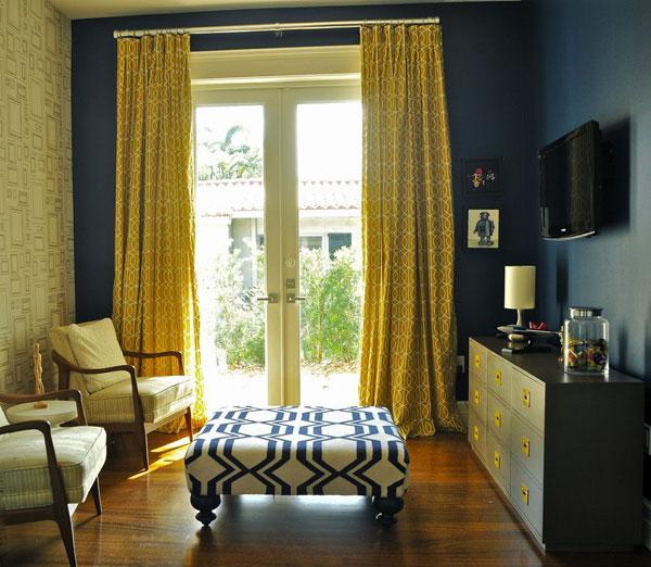 Желтые шторы в синем интерьере