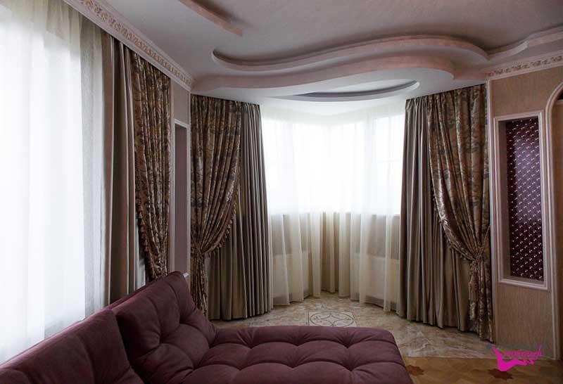 Декорирование окон комбинированными текстильными изделиями в гостиной комнате