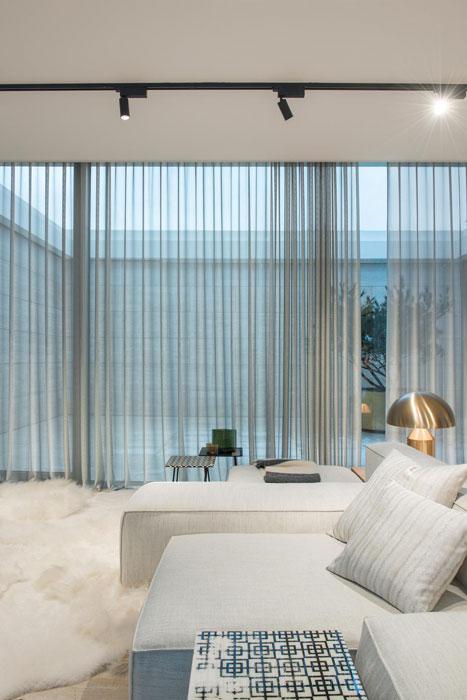 Прозрачные шторы в гостиную