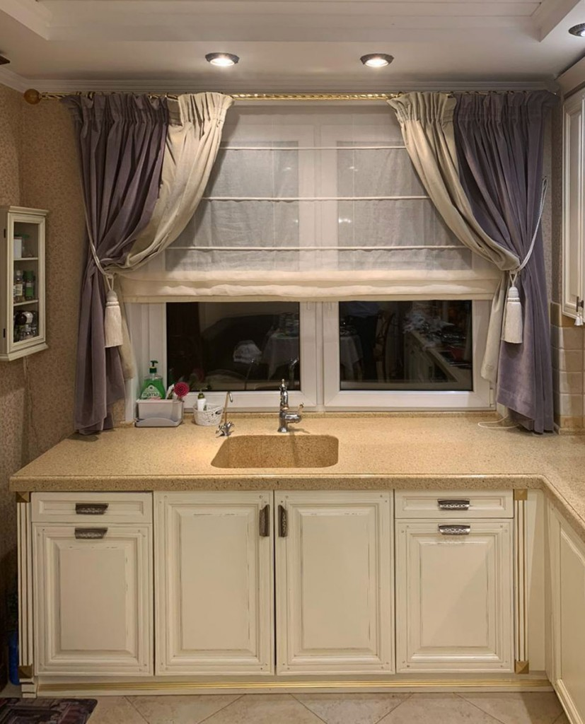 Комбинированные короткие шторы для кухни