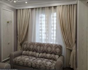 Светлые классические шторы в гостиную