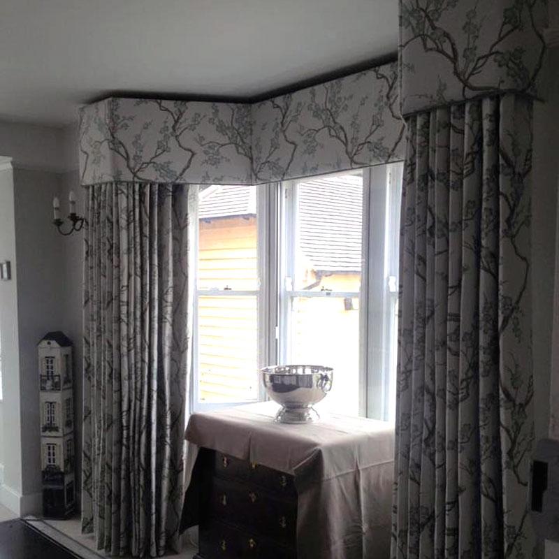 Серые шторы в сером интерьере