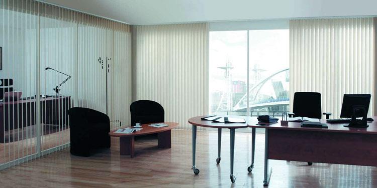 Вертикальные жалюзи в офисном помещении
