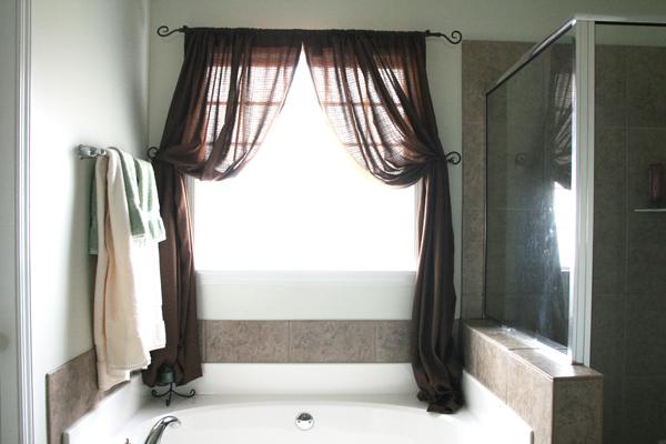 Легкие, коричневые, итальянские шторы для ванной