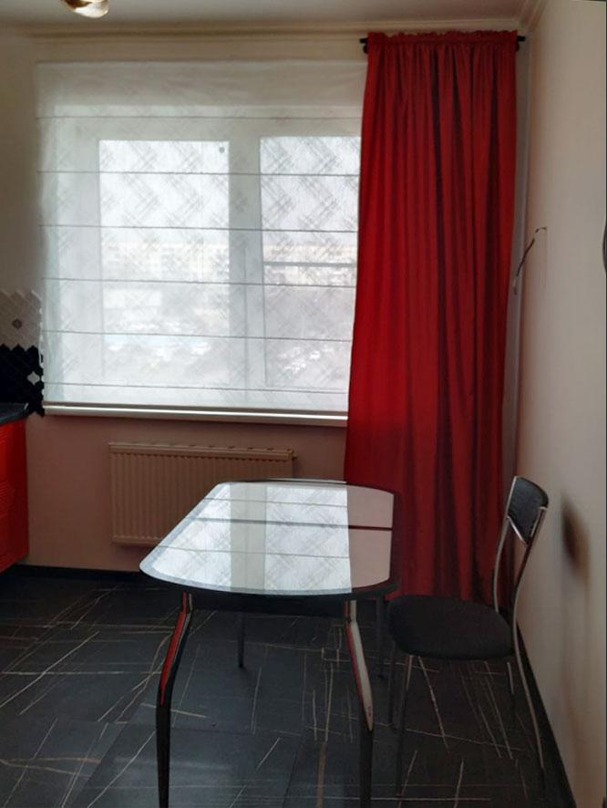 Красная портьера + римская штора для кухни