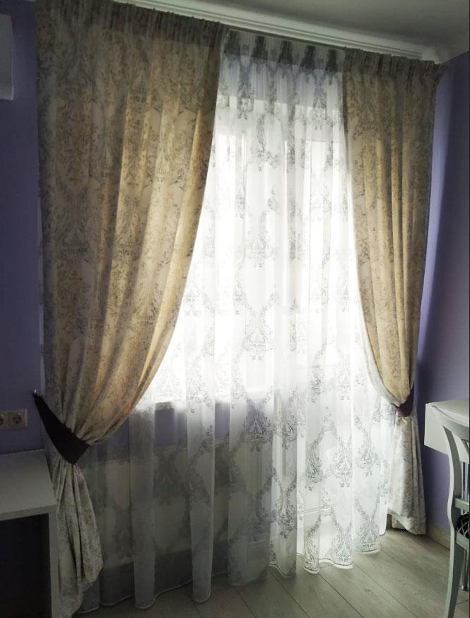 Бежевые шторы с узором для сиреневого интерьера