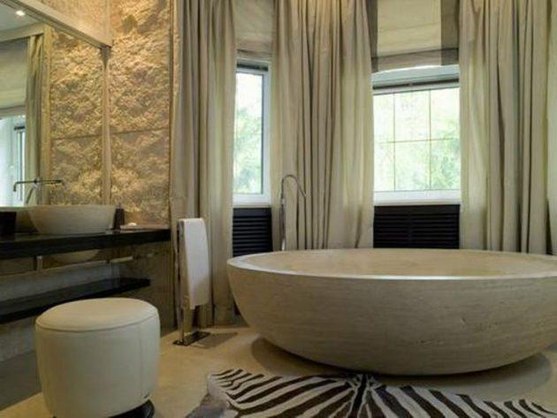 Полупрозрачные, бежевые портьеры в комбинации с римскими шторами для ванной комнаты