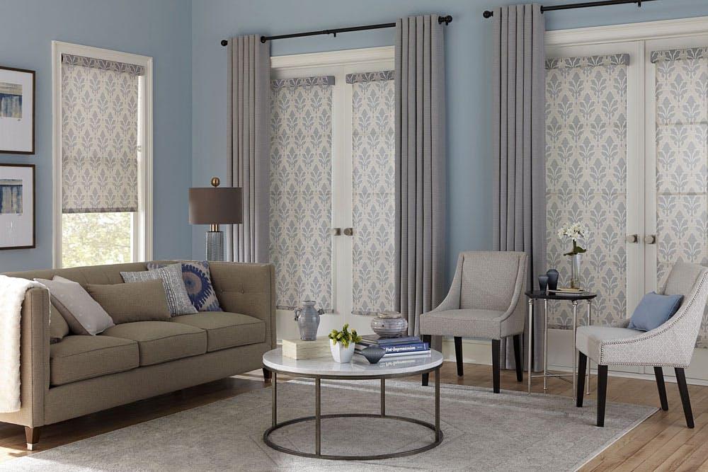 Серые шторы в голубом интерьере