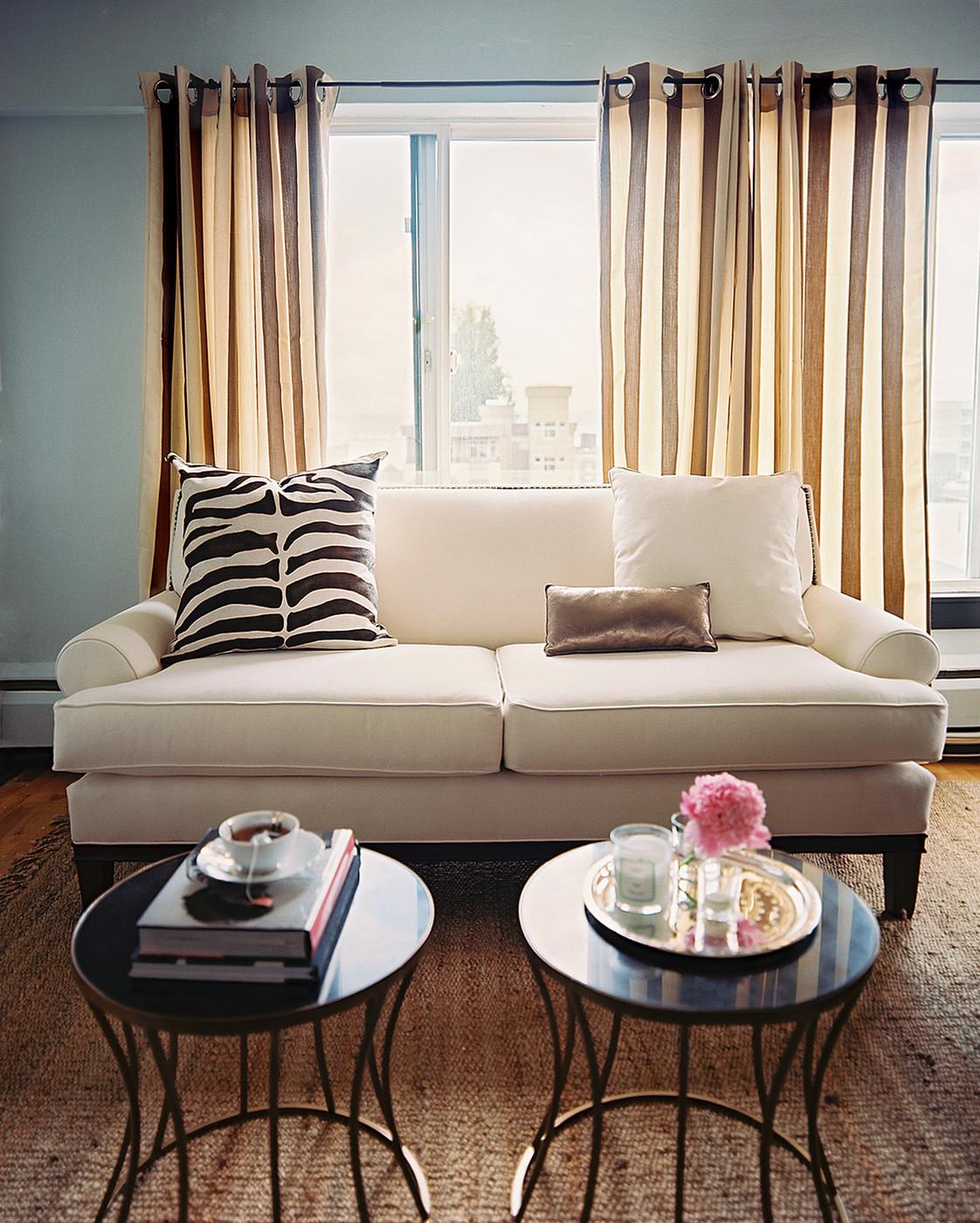 Современные бежево-коричневые шторы в небольшой гостиной