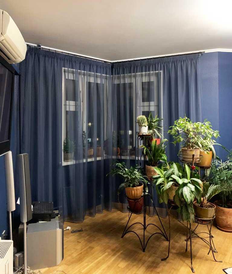 Шторы в гостиную ШГ071. Полупрозрачная синяя гардина на панорамные окна в синей гостиной