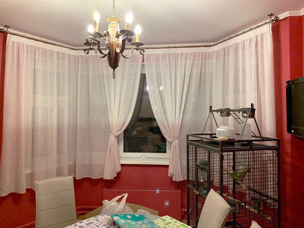 Шторы в гостиную ШГ072. Коротние, лкгкие шторы с геометрическим узором для совмещенной гостиной-столовой.