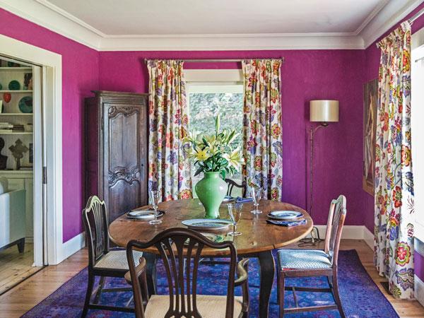Интерьер со стенами цвета фуксии