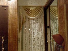 Шторы в гостиную ШГ004, французские белые шторы с золотым ламбрекеном