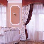 Шторы в гостиную ШГ0015, тройные: два полотна (узоры на белом, бордо)+ органза, с жестким ламбрекеном