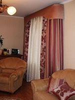 Шторы в гостиную ШГ0024, тройные, комбинированные, 2 полотна: бордовые в полоску и с узором + белый тюль с орнаментом + жесткий ламбрекен