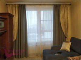 Шторы в гостиную ШГ0100. Комбинированные тройные, золотистые шторы классическом стиле, собранные в складки шнуром с кистями. Второе полотно прямое, коричневое. Дополнение - белый, полупрозрачный тюль.