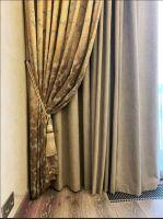 Шторы в гостиную ШГ0103. Комбинированные тройные, золотистые шторы с узором в классическом стиле, собранные в складки шнуром с кистями. Второе полотно прямое, серое. Дополнение - белый, полупрозрачный тюль.