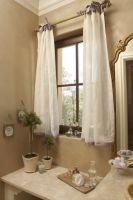 Белые, короткие шторы на сиреневых лентах для ванной комнаты