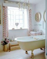 Укороченные шторы в цветочек для ванной комнаты