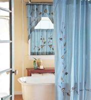 Текстиль голубого цвета с цветочным узором для ванной